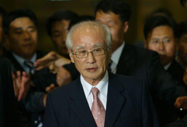 INCHEON, SOUTH KOREA - JUNE 14: Investigators from the South Korean prosecution arrest Kim Woo-Choong...