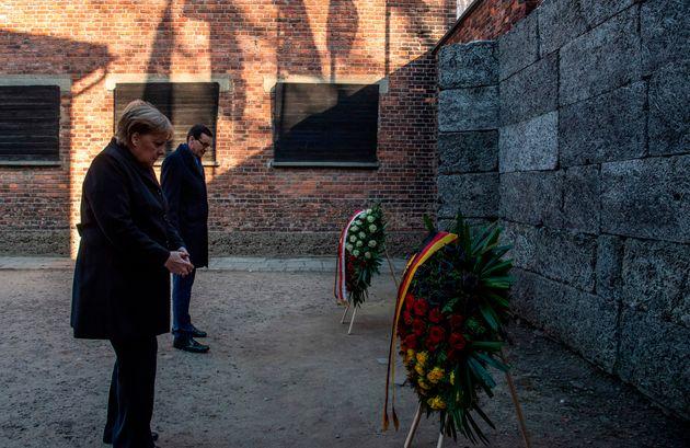 La canciller alemana, Angela Merkel, junto al primer ministro polaco, Mateusz Morawiecki, en