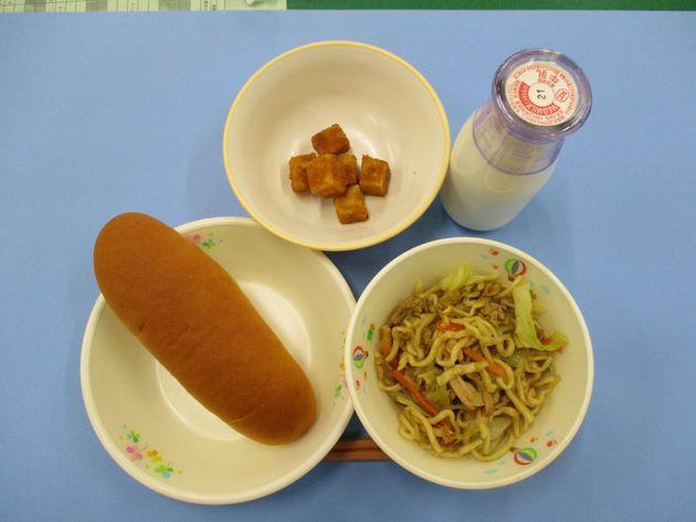 2019年の名古屋市の小学校の給食の例。メニューは小型ロールパン、牛乳、カレー焼きそば、揚げどうふ