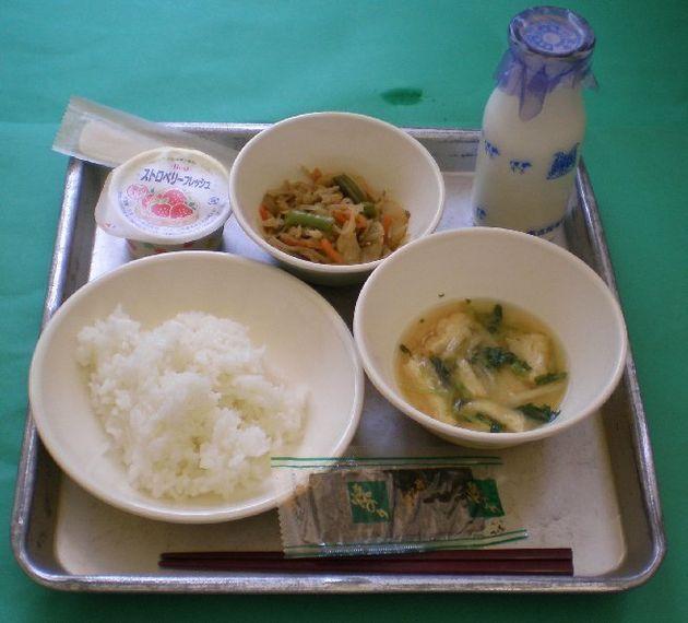 2009年の名古屋市の小学校給食。メニューはごはん、牛乳、五目きんぴら、みそ汁、焼きのり、いちごゼリー