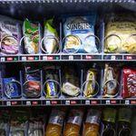 Un periodista de laSexta muestra lo que se encontró en una máquina expendedora de León: