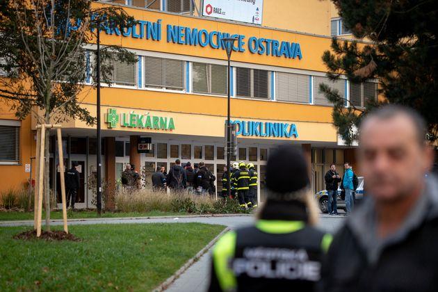 Policías y bomberos, a las puertas del hospital checo donde se ha producido el