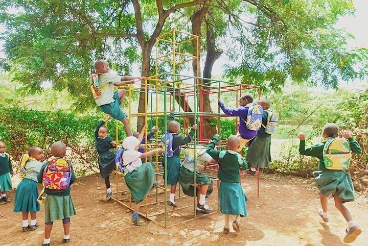 와토토 웨마의 가방을 메고 있는 아이들의 모습