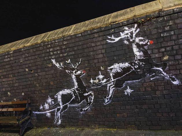 Vandalizzata l'opera natalizia di Banksy. Due nasi rossi compaiono sulle