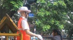 Σκιάχτρα για τροχονόμοι: Το εναλλακτικό πείραμα της Ινδίας που δίχασε το
