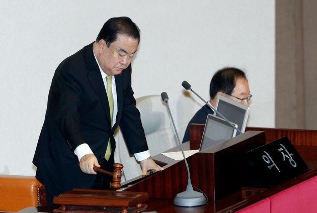 문희상 국회의장이 10일 오전 서울 여의도 국회에서 열린 본회의에서 개의를 선언하고