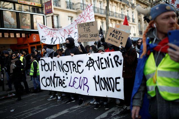 Des manifestants à Paris lors du défilé du 10 décembre