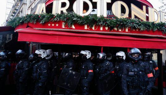 Le restaurant La Rotonde sous haute protection sur le parcours de la manif