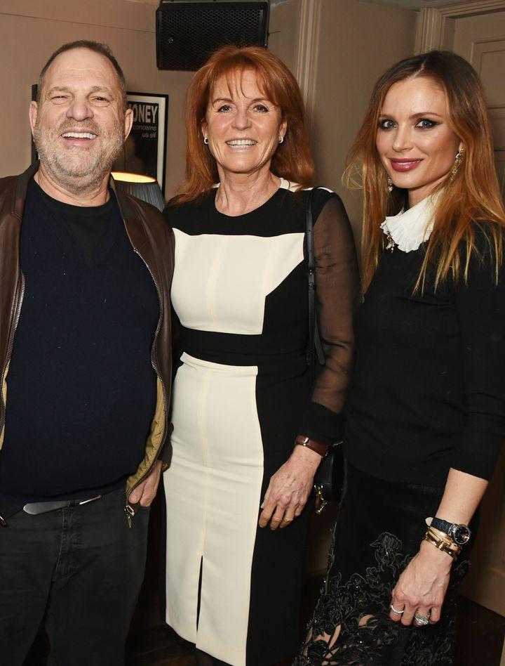 Harvey Weinstein, Sarah Ferguson y Georgina Chapman en 2016 en el estreno de 'Un camino a casa', producida por Harvey Weinstein.