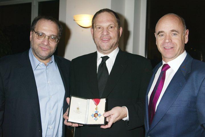 Harvey Weinstein recibiendo el Título de Comendador del Imperio Británico en 2004.