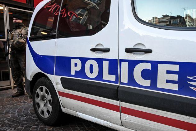 Un véhicule de police stationné à Paris