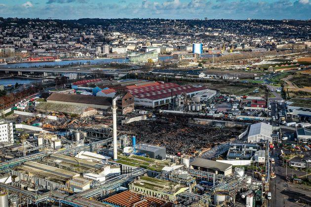 Une vue aérienne de la zone industrielle de Rouen, le 9 décembre 2019, avec l'usine endommagée...