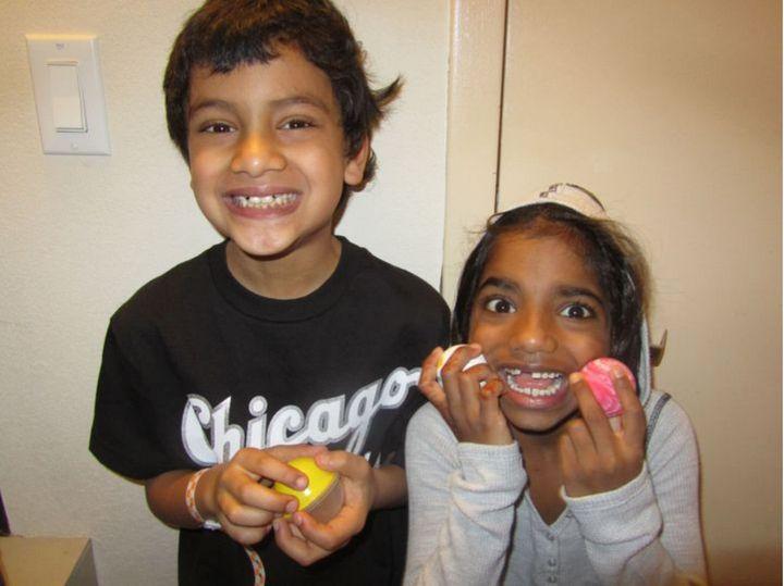 Les enfants de l'autrice font de grands sourires pour la photo.