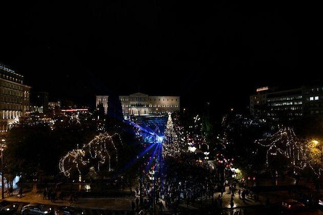 Φωταγωγήθηκε το χριστουγεννιάτικο δέντρο στην πλατεία