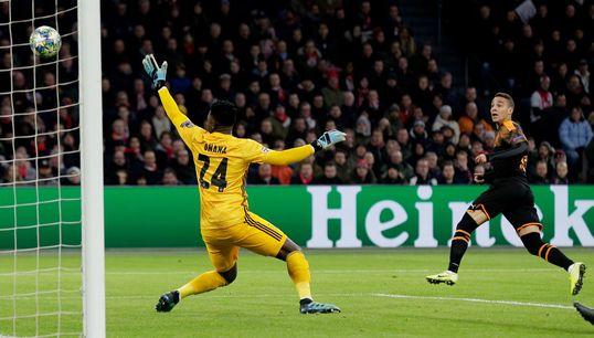 El Valencia logra la machada en Champions: victoria en Amsterdam y a octavos como primero de