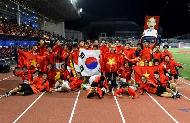 60년 만에 SEA 게임에서 우승한 베트남 대표팀이 기뻐하고