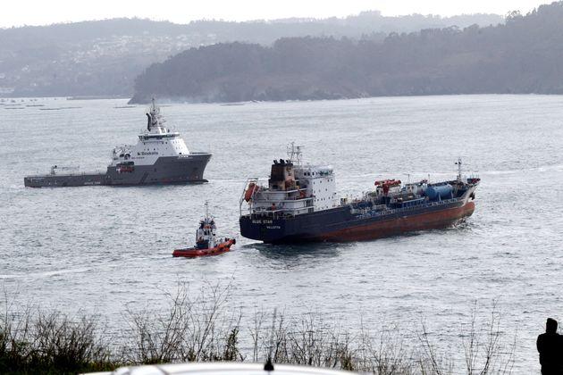 Los remolcadores desplazados a Ares (A Coruña) para el rescate del