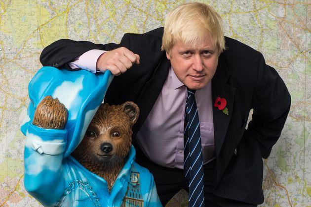 Boris Johnson, posando con una estatua del Oso Paddington en