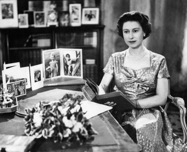 Η βασίλισσα στο πρώτο τηλεοπτικό Χριστουγεννιάτικο μήνυμα, το 1957.