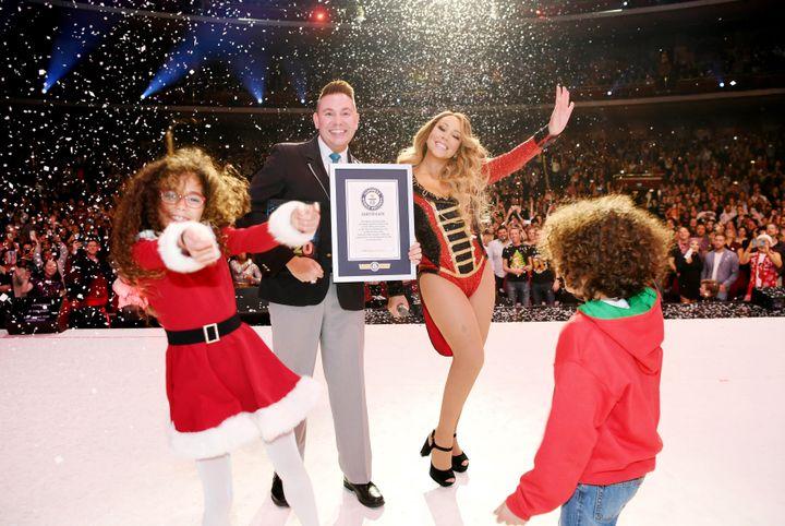 Η Μαράια Κάρεϊ και τα δίδυμα παιδιά της παραλαμβάνουν ένα από τα βραβεία Γκίνες που κατέκτησε το περίφημο τραγούδι «All I want for Christmas is you».