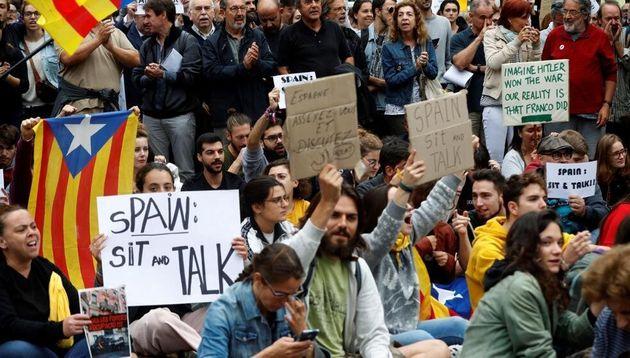Cientos de personas se concentraron ante la sede de la Delegación del Gobierno en Cataluña, el pasado