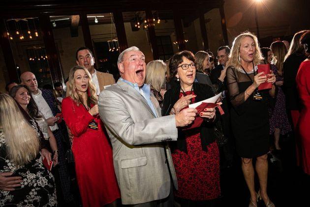 ΗΠΑ: Υπάλληλοι πήγαν σε Χριστουγεννιάτικο πάρτι κι έφυγαν με μπόνους 10 εκατ.