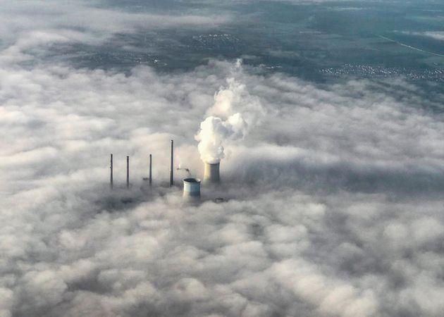 Un manto de humo envuelve las torres de refrigeración de la central térmica de Staudinger...