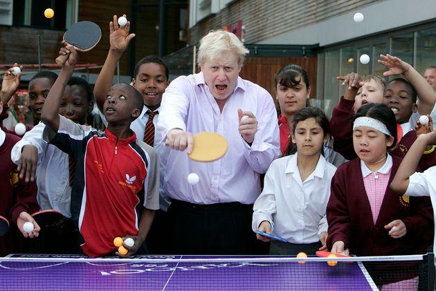Jugando al tenis de mesa con un grupo de niños, en junio de 2010, en un acto por los Juegos Olímpicos...