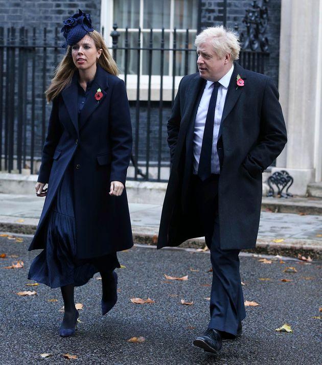 Boris Johnson y su pareja, Carrie Symonds, en Downing Street, camino de un acto por los caídos...