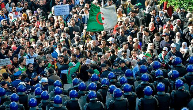 Le mouvement populaire réclamant un nouveau système politique en Algérie s'est à...