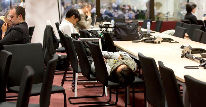 Δημοσιογράφοι κοιμούνται περιμένοντας να ολοκληρωθεί η μαραθώνια συνεδρίαση των ηγετών των κρατών μελών της Ευρωζώνης, στις Βρυξέλλες, τη Δευτέρα, 13 Ιουλίου, 2015