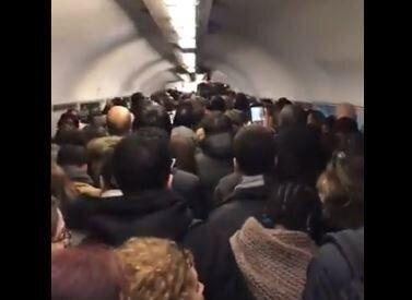 Des usagers dans les couloirs du métro parisien le 11 décembre