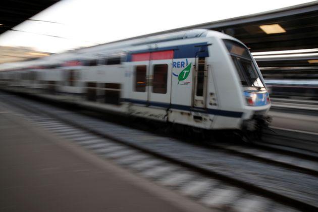 Une femme accouche dans le RER D en pleine grève (photo
