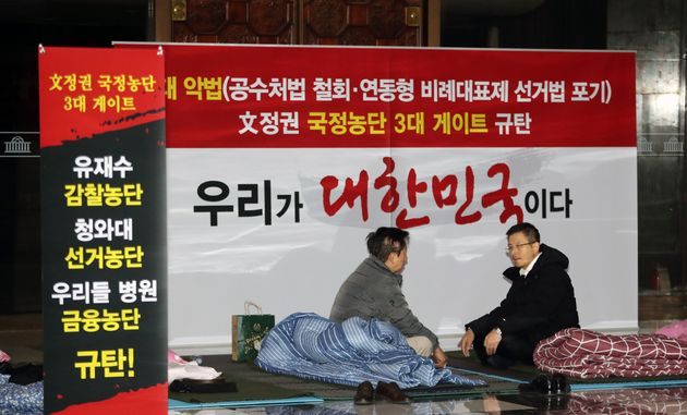 황교안 자유한국당 대표가 12일 새벽 서울 여의도 국회 로텐더홀 앞에서 김성태 의원(강서 을)과 이야기를 나누고