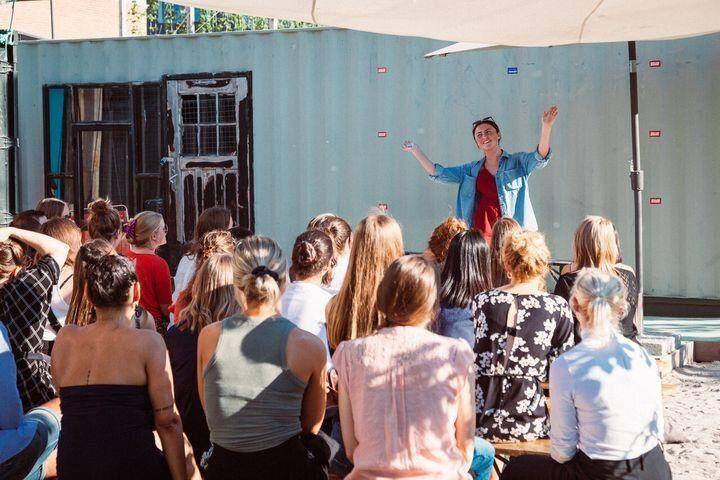"""필자가 2018년 7월 네덜란드 코펜하겐에서 열린 """"걸즈 아 토킹""""(Girls Are Talking) 행사에서 자위에 대한 경험담을 이야기하고 있다."""