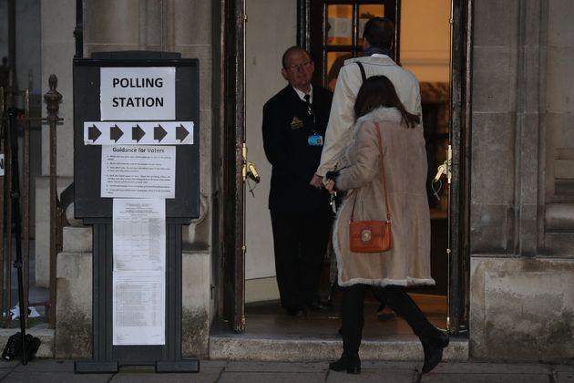 Οι πρώτοι ψηφοφόροι προσέρχονται...