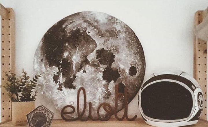 """""""Eliott ne demande que très rarement des jouets ou des biens matériels. Mais il y a des objets qu'il aime plus que tout, dont cette lune peinte sur du carton et ce casque de spationaute en papier mâché que j'avais fait pour son anniversaire. Le meuble de sa chambre contient tous les objets qu'il aime et c'est souvent le soir qu'on s'assoit sur son lit pour se rappeler les souvenirs liés à chacun d'eux."""""""