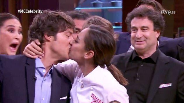 El beso de Tamara Falcó a Jordi Cruz en la final de 'MasterChef