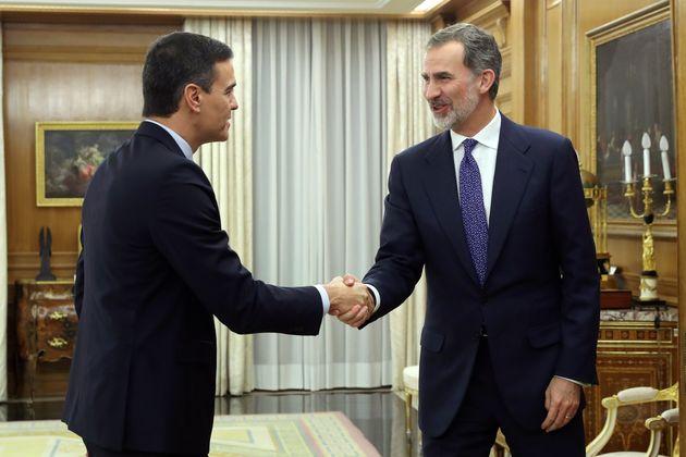 El llamativo detalle de esta foto de Pedro Sánchez y el rey Felipe publicada por la Casa Real: salta...