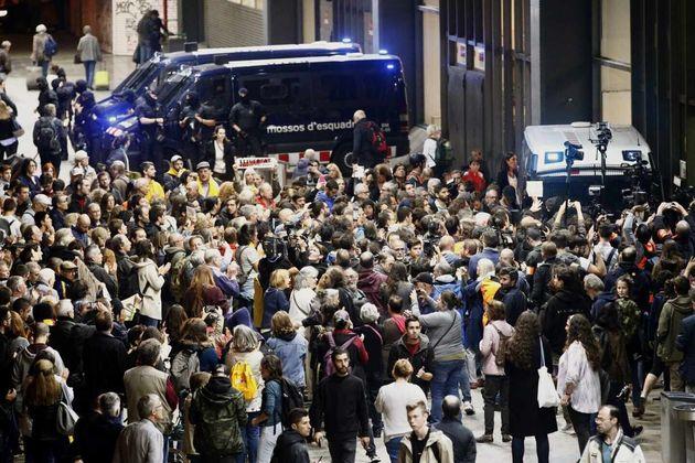 Miembros de los Comités de Defensa de la República (CDR) rodean la estación de Sants de Barcelona en...