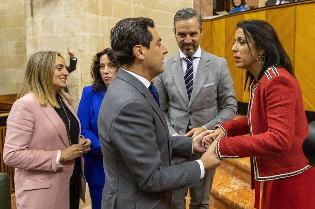 El presidente andaluz, Juanma Moreno (c), saluda a la presidenta de la Cámara, Marta Bosquet