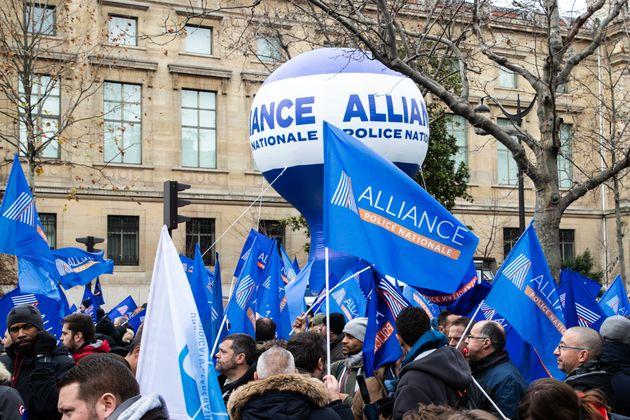 Des policiers manifestant devant le Conseil économique et social à Paris le 11 décembre