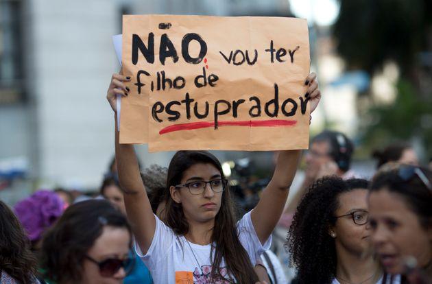 Hoje a interrupção da gravidez é permitida no Brasil em caso de risco de vida da...