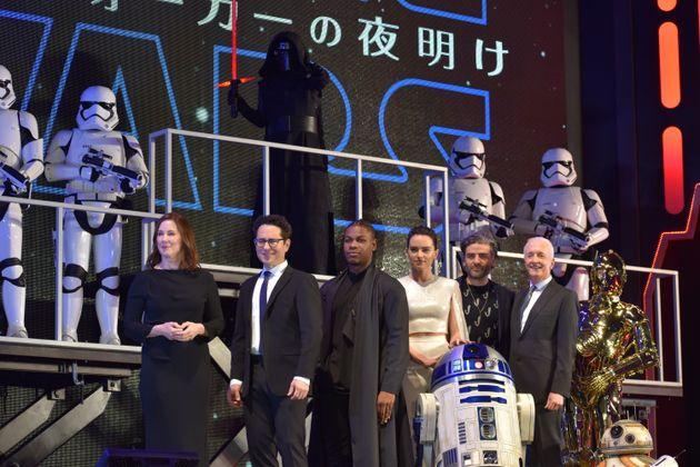12月20日(金)全国公開『スターウォーズ/スカイウォーカーの夜明け』の公開を前に行われた主要キャストによるレッドカーペットイベントの様子。(左から順にプロデューサーのキャスリーン・ケネディ、監督のJ.Jエイブラムス、フィン役のジョン・ボイエガ、レイ役のデイジー・リドリー、ポー役のオスカー・アイザック、C-3PO役のアンソニー・ダニエルズ)