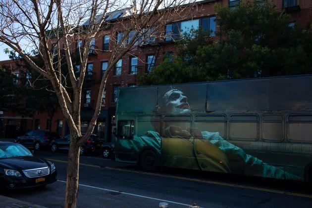 ニューヨークの街を走る、映画『ジョーカー』をPRするバス(2019年9月19日撮影)