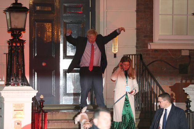 Boris Johnson, saliendo feliz de la sede de su partido en Londres junto a su novia y su perro,