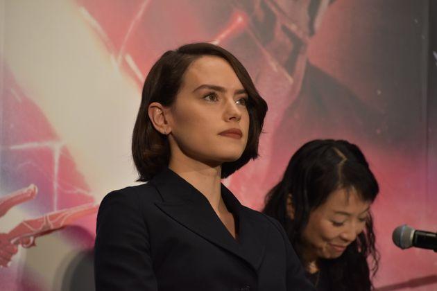 映画『スター・ウォーズ/スカイウォーカーの夜明け』が12月20日に公開となるのを前に、主演キャストが来日し記者会見が開かれた。登壇したレイ役の女優デイジー・リドリー