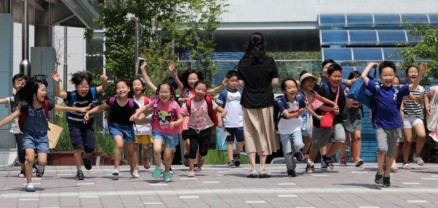 주말이 있는 아이들의 행복한 귀가 (2019년 7월 19일 서대문구 서울가재울초등학교 학생들이 하교를 하고