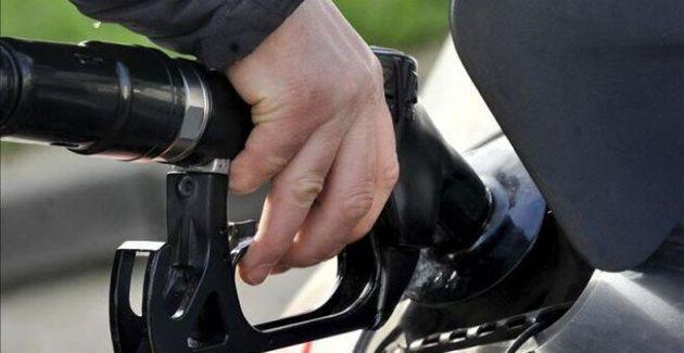 Un hombre repostando combustible en una