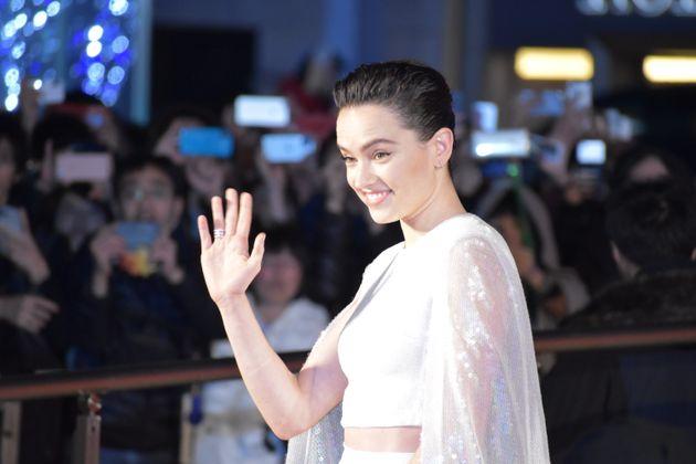 12月20日(金)全国公開『スターウォーズ/スカイウォーカーの夜明け』の公開を前に行われた主要キャストによるレッドカーペットイベントに出席した女優のデイジー・リドリー。ファンからの声援に笑顔で応えた